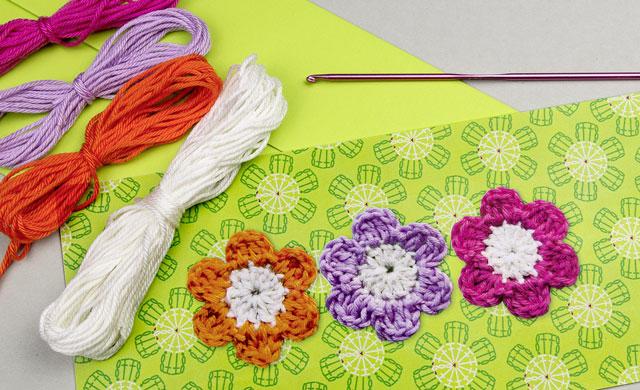 Grußkarte mit gehäkelten Blüten