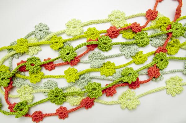 Sommerliche Häkelketten mit Blüten