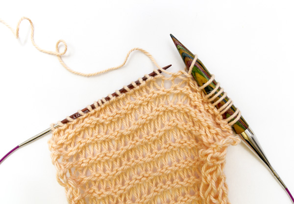 Abwechselnd mit dünner und dicker Stricknadel stricken
