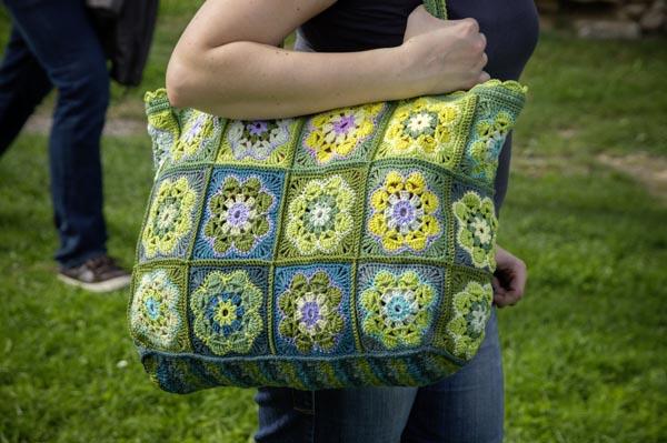 Tasche aus Granny Squares gehäkelt