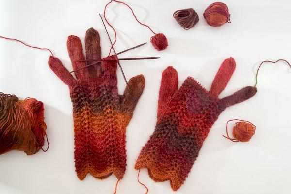 fingerhandschuhe-mit-wellenmuster-farbverlauf