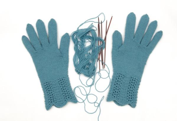 """Fingerhandschuhe aus 50 g """"Flora"""" von DROPS"""