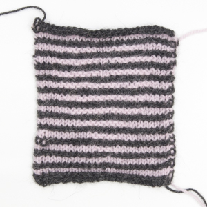 Illusionsstricken, Strickprobe in anthrazith/rosa, Motiv Herz
