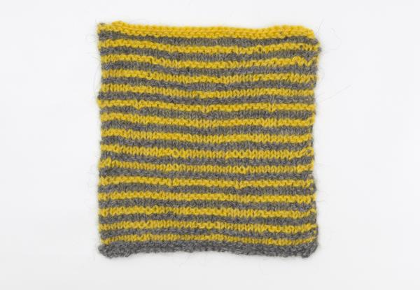 Strickprobe mit gelben und grauen Streifen, Frontansicht