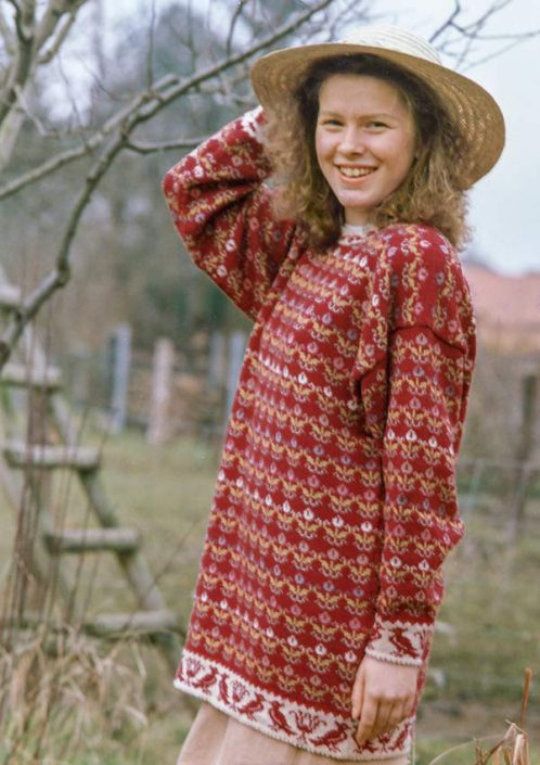 Pullover mit romantischen Streublumen in warmen Rot