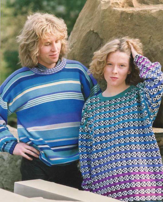 Zwei Pullover: Streifen in Blau-Grün-Lila und Kachelmuster mit Farbverlauf