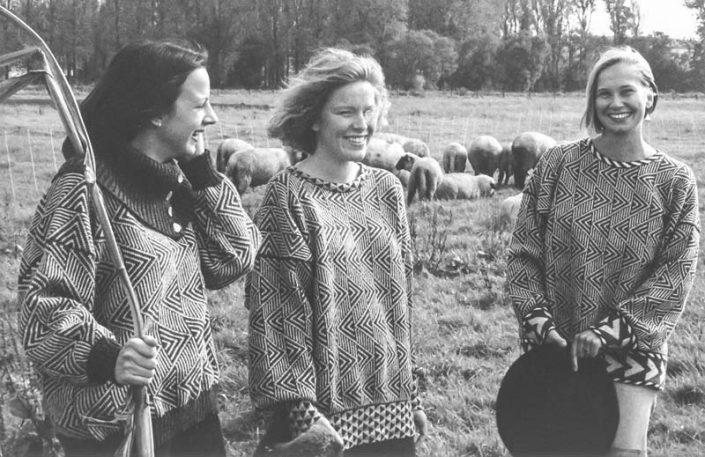 Drei Pullover mit Zackenmuster in Grautönen