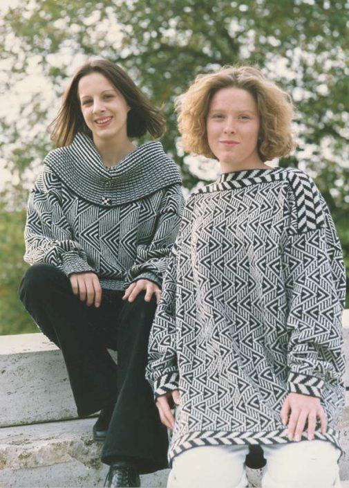 Zwei Pullover mit Muster aus kleinen und großen Zacken